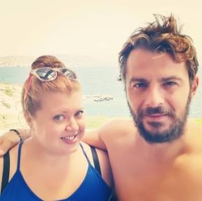 """Ο Γιώργος με την Αντιγόνη Πάντα κατά τη διάρκεις της φωτογράφισης για το περιοδικό Down Town στην παραλία """"Yabanaki"""" στη Βάρκιζα. Φωτό: antipanta Instagram"""