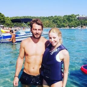 Ο Γιώργος και η Μαρκέλλα στις Κουκουναριές στη Σκιάθο κατά τη διάρκεια της συνέντευξης του Γιώργου για το Travel Girl Φωτό: markellasharaiha Instagram