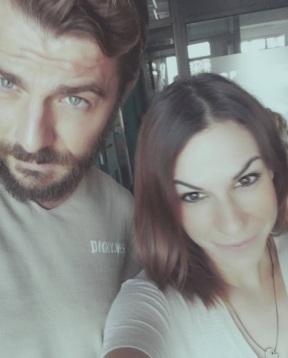 Ο Γιώργος στα γραφεία του περιοδικού Down Town με τη δημοσιογράφο Φανή Πλατσατούρα. Φωτο: fani_platsatoura Instagram