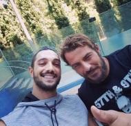 Ο Γιώργος μαζί με τον δημοσιογράφο Αλέξανδρο Πρίφτη κατά τη διάρκεια της φωτογράφισης για το Down Town Cy που κυκλοφόρησε στις 27 Αυγούστου 2017. Φωτογραφία: alexanderpriftis Instagram