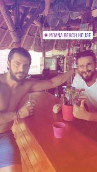 Ο Γιώργος με φαν στη Βάρκιζα κατά τη διάρκεια της φωτογράφισης για το περιοδικό Down Town - 9 Αυγούστου 2017 Φωτογραφία: elvizkourtis Instagram