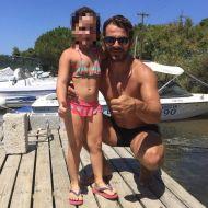 Ο Γιώργος με μια μικρή φαν στη Σκιάθο - 13 Αυγούστου 2017 Φωτογραφία: chrisa_paliou Instagram