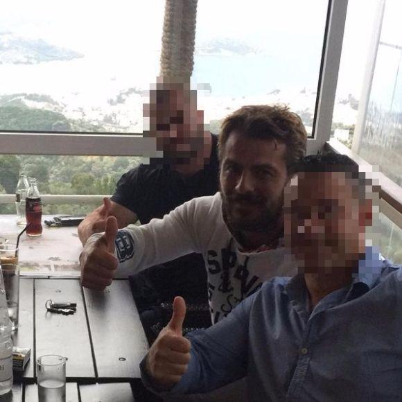 """Ο Γιώργος με φίλους στον """"Πλάτανο"""" στην Σκιάθο - 16 Ιουλίου 2017 Φωτογραφία: giorgosdiolettas Instagram"""