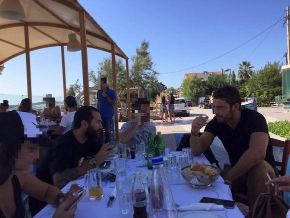 Ο Γιώργος και ο Κώστας στο THEA Cafe Bar Pez στην Κουρούτα - 27 Αυγούστου 2017 Φωτογραφία: THEA Cafe Bar Pez Kouroutas Facebook