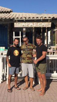 Ο Γιώργος και ο Κώστας έξω από το Παράγκα Cocktail στην Κουρούτα - 27 Αυγούστου 2017 Φωτογραφία: THEA Cafe Bar Pez Kouroutas Facebook