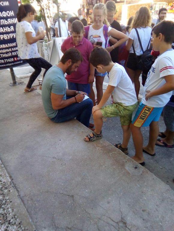 Ο Γιώργος υπογράφοντας αυτόγραφα για τα μικρά παιδιά στην Ουρανούπολη - 4 Σεπτεμβρίου 2017 Φωτογραφία: Alexandra Koumarou Facebook