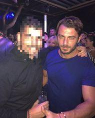 Ο Γιώργος με φαν στο Akanthus, όπου διασκέδασε στον Ηλία Βρεττό - 31 Αυγούστου 2017 Φωτογραφία: lepedaros Instagram