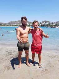 Ο Γιώργος μαζί με φαν στον Ναυτικό Όμιλο Βουλιαγμένης - 10 Αυγούστου 2017 Φωτογραφία: Tzifas John Facebook
