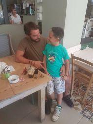 Ο Γιώργος με έναν μικρό φαν στο Flame Grill στις 30 Ιουλίου 2017 Φωτογραφία: flame grill drossia Facebook