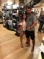 Ο Γιώργος με φαν στο μαγαζί NewCult στην Γλυφάδα - 13 Ιουλίου 2017 Φωτογραφία: NewCult Gr Facebook