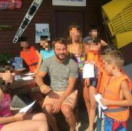 Ο Γιώργος μαζί με μικρά παιδιά στον Ναυτικό Όμιλο Βουλιαγμένης - 10 Αυγούστου 2017 Φωτογραφία: vouliagmeniwakeboard Instagram