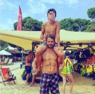 Ο Γιώργος με έναν μικρό φαν στη Σκιάθο - 21 Αυγούστου 2017 Φωτογραφία: paul.togas Instagram