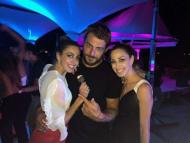 Ο Γιώργος με τις δίδυμες Ελισάβετ και Ειρήνη Αϊνατζόγλου στο πάρτι του Survivor στο Grand Beach Λαγονήσι - 6 Ιουλίου 2017