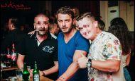 Ο Γιώργος με φανς κατά τη βραδινή του έξοδο στο Enzzo Club Stage στις 29 Αυγούστου 2017 Φωτογραφία: guestlist.gr Facebook