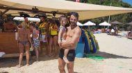 Ο Γιώργος με μια μικρή φαν στις Κουκουναριές Σκιάθου στις 13 Αυγούστου 2017 Φωτογραφία: Savvidou Dora Facebook