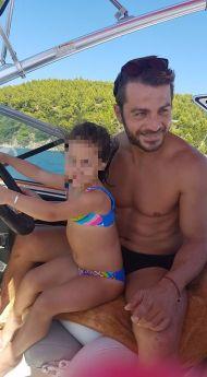 Ο Γιώργος με μια μικρή φαν στο σκάφος του στη Σκιάθο στις 13 Αυγούστου 2017 Φωτογραφία: Savvidou Dora Facebook