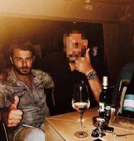 Ο Γιώργος με τον με έναν φίλο στο Crazy Cow Restaurant στις 14 Αυγούστου 2017 Φωτογραφία: Skiathostv Facebook