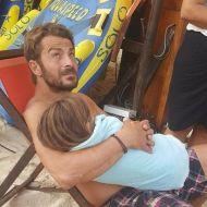 Μια τρυφερή στιγμή του Γιώργου με ένα παιδάκι στις Κουκουναριές της Σκιάθου - 21 Αυγούστου 2017 Φωτογραφία: roula_s_k Instagram