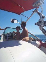 Ο Γιώργος με έναν μικρό φαν στο σκάφος του στη Σκιάθο - 13 Αυγούστου 2017 Φωτογραφία: Savvidou Dora Facebook