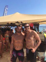 Ο Γιώργος με φαν στη Σκιάθο στις 15 Αυγούστου 2017 Φωτογραφία: Skiathostv Facebook