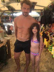 Ο Γιώργος με μια μικρή φαν στη Σκιάθο στις 16 Αυγούστου 2017 Φωτογραφία: Fanis- Giagkozoglou Facebook