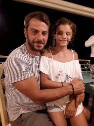 Ο Γιώργος με μια μικρή φαν στο Infinity Blue Restaurant στη Σκιάθο στις 16 Αυγούστου 2017 Φωτογραφία: Matina Bill Facebook