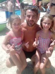 Ο Γιώργος με δυο μικρές φαν στην Σκιάθο στις 17 Αυγούστου 2017 Φωτογραφία: Despoina Xioti Facebook