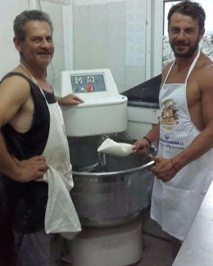 """Ο Γιώργος μαζί με τον θείο του Γιάννη στον φούρνο """"Ντάνος"""" παρασκευάζοντας τα γνωστά """"ντανοπιτάκια"""" - 19 Αυγούστου 2017"""