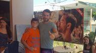"""Ο Γιώργος με φαν στον φούρνο """"Ντάνος"""" στη Σκιάθο - 12 Αυγούστου 2017 Φωτογραφία: SkiathosLife.gr Facebook"""