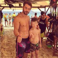 Ο Γιώργος με έναν μικρό φαν στη Σκιάθο - 14 Αυγούστου 2017 Φωτογραφία: tasoulama Instagram