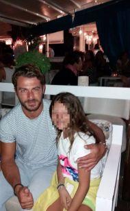 Ο Γιώργος με μια μικρή φαν στο Venue στη Σκιάθο στις 21 Αυγούστου 2017 Φωτογραφία: Μαρινα Βαρσαμη Facebook