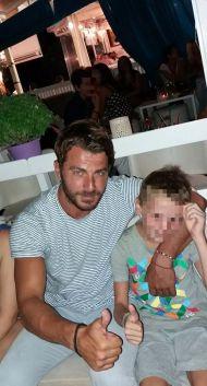 Ο Γιώργος με έναν μικρό φαν στο Venue στη Σκιάθο στις 21 Αυγούστου 2017 Φωτογραφία: Μαρινα Βαρσαμη Facebook