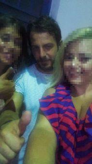 Ο Γιώργος με φανς στο Kalhua Club στη Σκιάθο στις 21 Αυγούστου 2017 Φωτογραφία: Nastia Tachtzidou Facebook