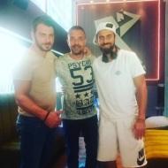 Ο Γιώργος και ο Μάριος με τον ιδιοκτήτη και φίλο του Γιώργου, Άκη, του Avanti Cafe-Bar στην Καισαριανή στις 21 Σεπτεμβρίου 2017 Φωτογραφία: akis.passaris Instagram