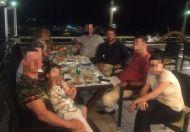 """Ο Γιώργος με οικογένεια και φίλους στον """"Πλάτανο"""" στη Σκιάθο - 17 Αυγούστου 2017 Φωτογραφία: giorgosdiolettas Instagram"""