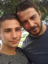 Ο Γιώργος μαζί με φαν στην πλατεία Αριστοτέλους στη Θεσσαλονίκη στις 24 Σεπτεμβρίου 2017 Φωτογραφία: Αλεξης Ορφανιδης Facebook