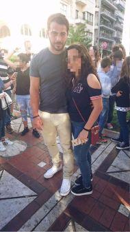 Ο Γιώργος μαζί με φαν στην πλατεία Αριστοτέλους στη Θεσσαλονίκη στις 24 Σεπτεμβρίου 2017 Φωτογραφία: Ελεάννα Κάτρη Facebook