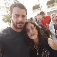 Ο Γιώργος με φαν στην Πλατεία Αριστοτέλους στις 24 Σεπτεμβρίου 2017 Φωτογραφία: Ελεάννα Κάτρη Facebook