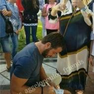 Ο Γιώργος υπογράφοντας αυτόγραφα στην Πλατεία Αριστοτέλους στις 24 Σεπτεμβρίου 2017 Φωτογραφία: giorgos_aggelopoulos_friends Instagram