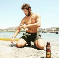 Ο Γιώργος στο διαφημιστικό αντηλιακών για την εταιρεία Hawaiian Tropic Φωτογραφία: danos_ga Instagram