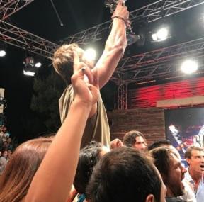 Ο Γιώργος την ώρα που σηκώνει την κούπα στο θέατρο Βεΐκου - 5 Ιουλίου 2017 Φωτογραφία: gregoreszakharias Instagram