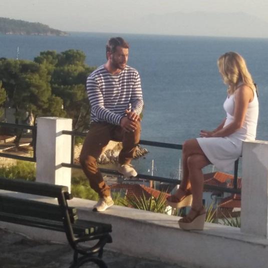 """Ο Γιώργος μαζί με την Κατερίνα στη Σκιάθο κατά τη διάρκεια της συνέντευξής του για την εκπομπή """"Στη φωλιά των Κου Κου"""" - 14 Σεπτεμβρίου 2017 Φωτογραφία: akis.passaris Instagram"""