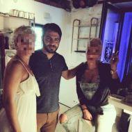 """Ο Γιώργος μαζί με φίλους στη Σκιάθο όπου βρέθηκε ένα διήμερο για τα γυρίσματα της συνέντευξης στην εκπομπή """"Στη φωλιά των Κου Κου"""" - 15 Σεπτέμβρη 2017 Φωτογραφία: beautyspotgr Instagram"""