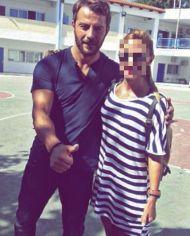 Ο Γιώργος με φαν στο σχολείο της Σκιάθου όπου βρέθηκε για τη συνέντευξη στην Κατερίνα Καραβάτου - 14 Σεπτεμβρίου 2017 Φωτογραφία: despina_tokas Instagram