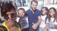 Ο Γιώργος με μαθητές στο σχολείο της Σκιάθου όπου πήγε για τη συνέντευξη με την Κατερίνα Καραβάτου - 14 Σεπτεμβρίου 2017 Φωτογραφία: __panos_tsorbi__ Instagram