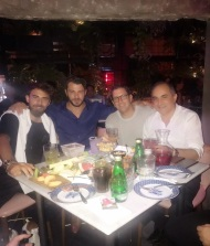 Ο Γιώργος μαζί με τον Μάριο, τον επιχειρηματία Χριστόφορο Τορναρίτη και τον Πρόεδρο της Κυπριακής Βουλής, Δημήτρη Συλλούρη, κατά τη διάρκεια δείπνου στο μαγαζί του επιχειρηματία - 13 Οκτωβρίου 2017 Φωτογραφία: celebrity reporter