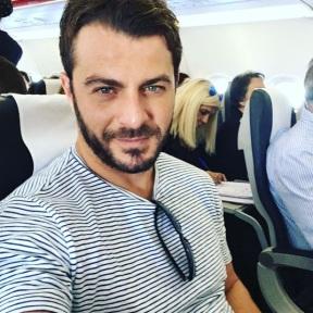 Ο Γιώργος στο αεροπλάνο καθ'οδόν για την Κύπρο στις 13 Οκτωβρίου 2017 Φωτογραφία: official_danos_ga Instagram