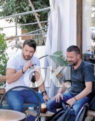 Ο Γιώργος με τον Άκη σε καφετέρια στη Λευκωσία κατά την επίσκεψή του στην Κύπρο - 16 Οκτωβρίου 2017 Φωτογραφία: ΟΚ/ilovestyle