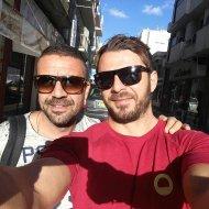 Ο Γιώργος και ο Άκης στην πλατεία Ελευθερίας στη Λευκωσία κατά την επίσκεψή τους στο νησί - 17 Οκτωβρίου 2017 Φωτογραφία: akis.passaris Instagram