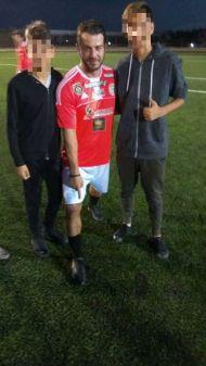 Ο Γιώργος μαζί με φανς στο γήπεδο Τραχώνων στον Άλιμο όπου συμμετείχε σε φιλανθρωπικό ποδοσφαιρικό αγώνα - 23 Οκτωβρίου 2017 Φωτογραφία: ρενα κακουλιδου Facebook